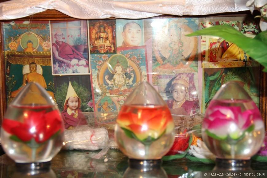 изображения Будд и Великих Лам-перерожденцев в павильоне Падмасамбхавы