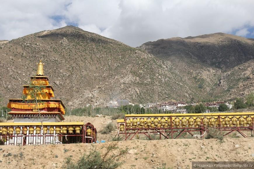 вид на монастырь Дрепунг