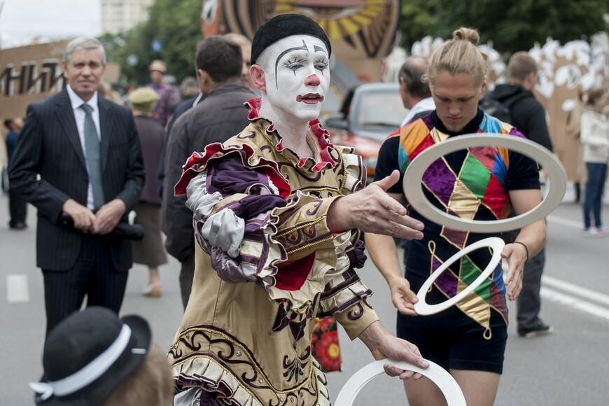 Конечно, я понимаю, что такому скромному шествию очень далеко до карнавалов, которые проводятся, к примеру, в Рио или Венеции.