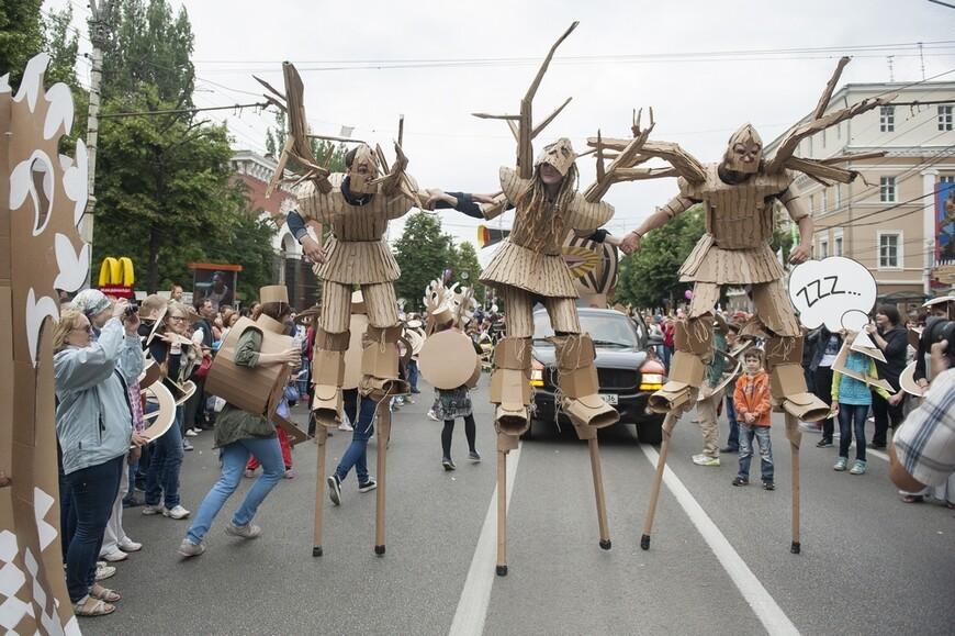 Вся процессия проследовала от памятника Платонову по проспекту - мимо кукольного и драматического театров...