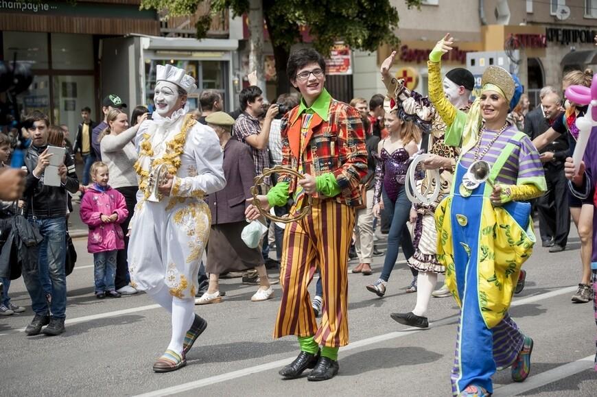 Вместе с уличными театрами из Европы по улицам города прошли артисты из Воронежского цирка...