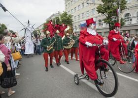 Парад уличных театров на фестивале в Воронеже
