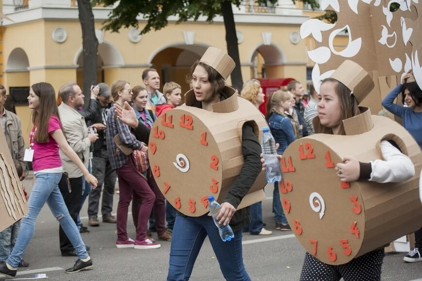 """Один из уличных театров показал позже спектакль """"Картония"""", в котором все персонажи были одеты в картонные костюмы. Хорошо придумано..."""