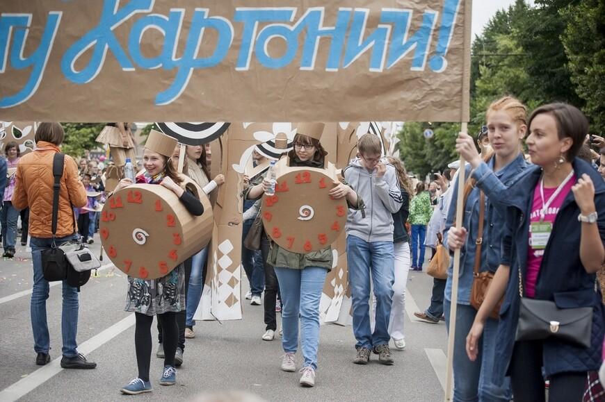 Обычно все подобные зрелища проходят в Воронеже на проспекте Революции - центральной улице города, которая во время праздников становится бульваром для пешеходов. Водители - отдыхают...