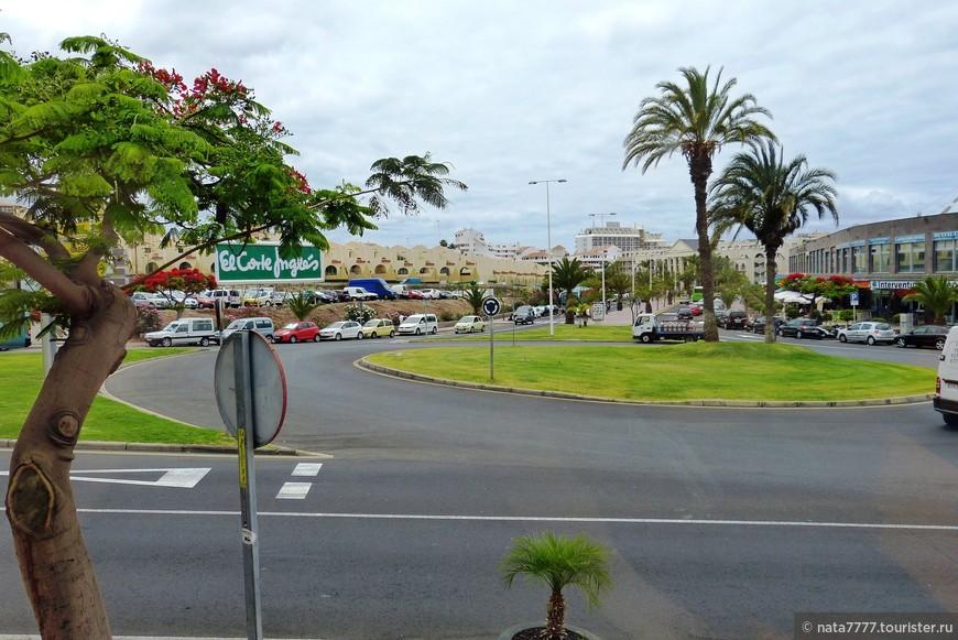 Площадь перед отелем Джахаранда . Тенерифе, Канарские острова. Испания.