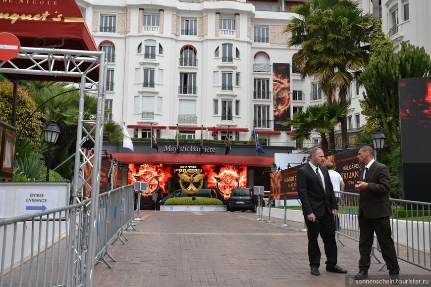Напротив Дворца фестивалей стоит отель Маджестик, в баре-ресторане которого, как правило, проводят время те, кто не столь знаменит: папарацци, продюсеры, сценаристы и прочие представители кино.