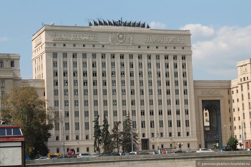Одно из зданий Министерства Обороны РФ на Фрунзенской набережной.