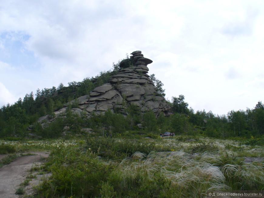 при въезде в село Саввушки сразу видно вот такую гору, сложенную, словно лепешечками.