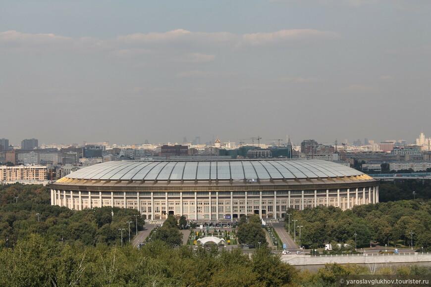 Лужники, высотное здание на площади Красных Ворот, Храм Христа Спасителя, Кремль, памятник Петру I, жилой дом на Котельнической набережной.
