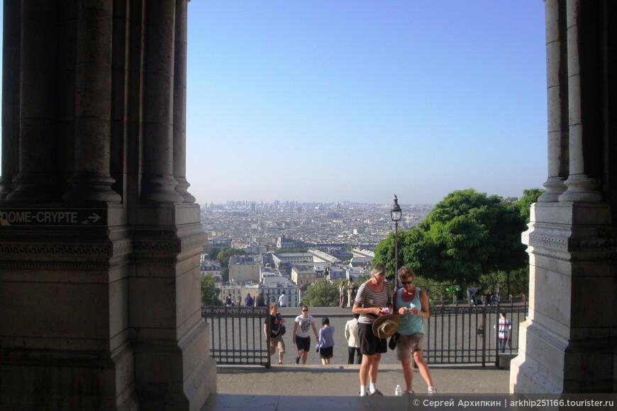 Как только выходишь из собора открывается потрясающий вид на весь Париж - это одна из лучших смотровых площадок Парижа