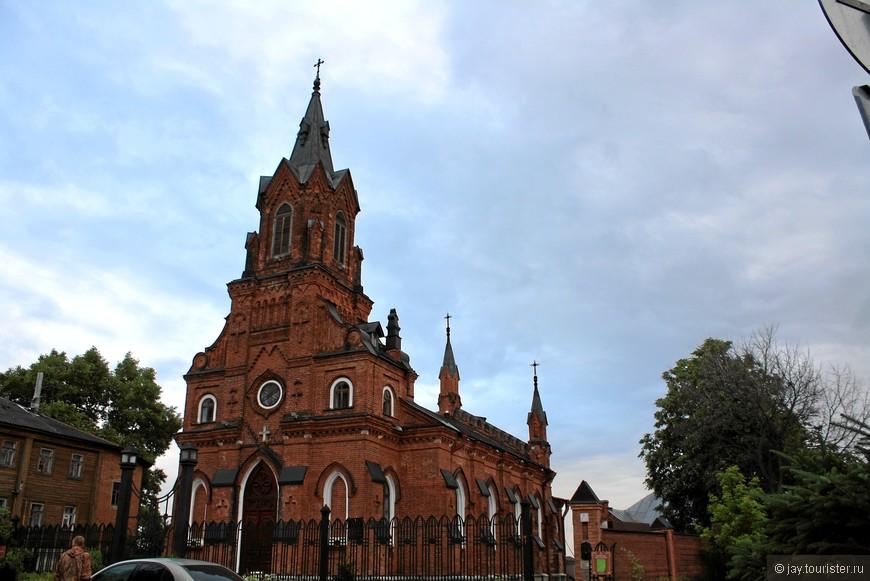 Костел. Построен в 1891 г. на средства и для солдат польско-литовского полка, сосланного во Владимир царским правительством. Действующий.