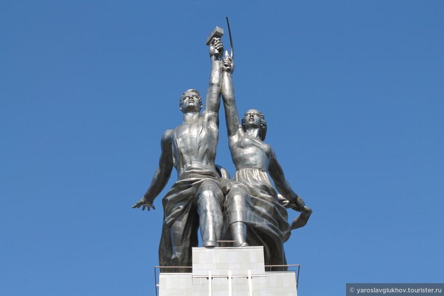 """Статуя без пьедестала """"Рабочий и колхозница""""."""