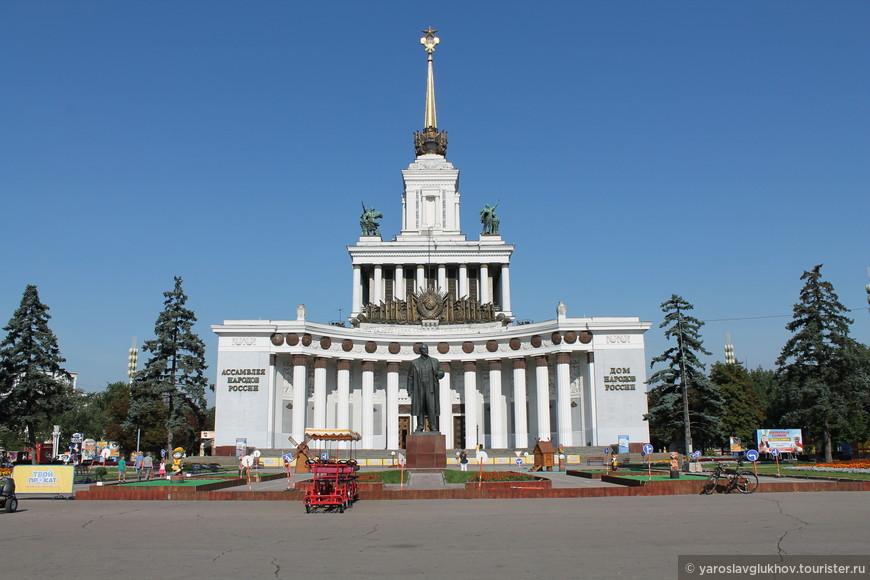 """Павильон №1 """"Центральный"""" и памятник Ленину."""
