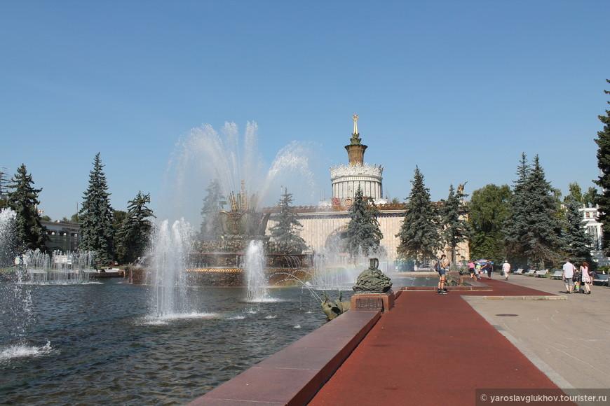 """Фонтан """"Каменный цветок"""" и павильон №58 """"Украинская ССР""""."""