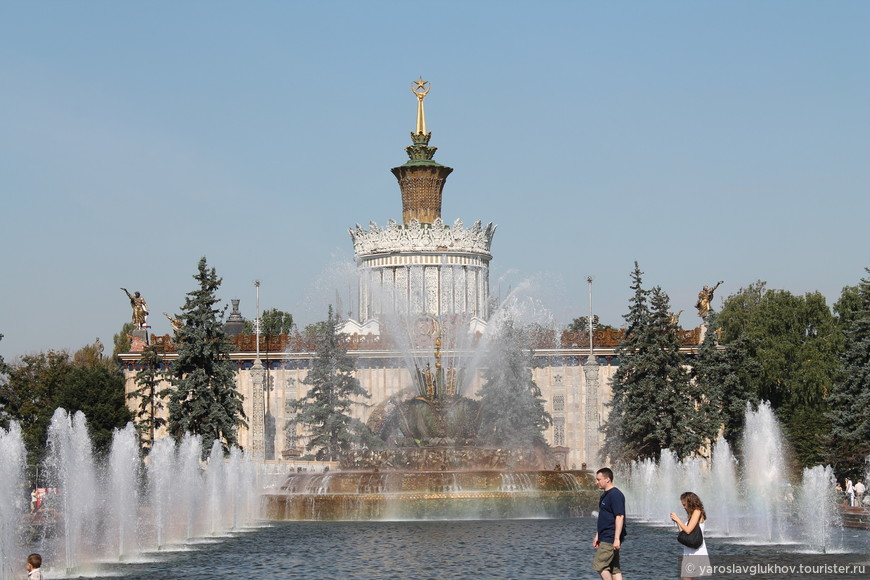 """Фонтан """"Каменный цветок"""" и павильон """"Украинская ССР""""."""