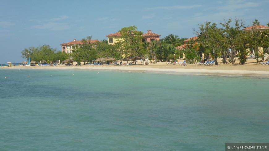 Вид на отель со стороны моря. Шикарный отель. Длина собственного пляжа - более километра.