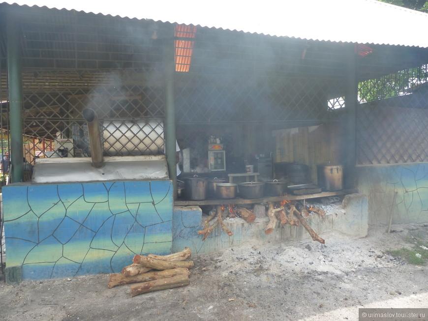 Кухня кафешки. Кстати, местный джерк (мясо на гриле) в ней был очень вкусный.