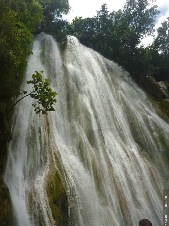 Как и на каждом острове Карибов, в Дминиканской республике в список достопримечательностей входит водопад. Вот он. Туда добираются на лошадях, потом спискаются по лестнице вниз. Самое хреновое, без подготовки физической, это путь наза, подниматься по ней :-(