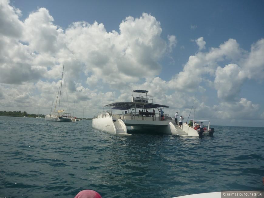 А на таком катамаране мы выезжали на морскую экскурсию. К месту где проходит граница Атлантического океана и Карибского моря.