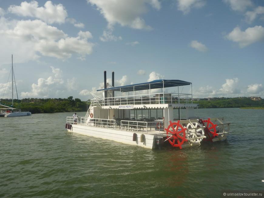 Потом была пересадка вот на такой кораблик и прогулка по реке.