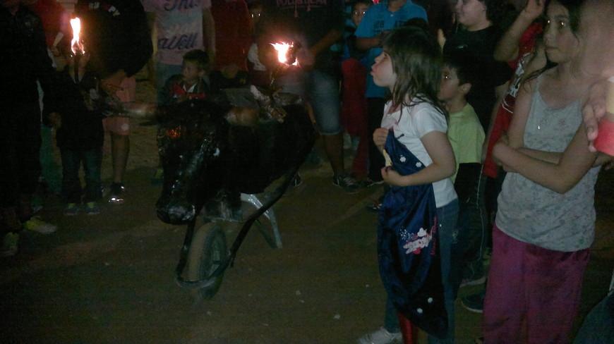 Праздник начинается игрой детей с чучелом быка.