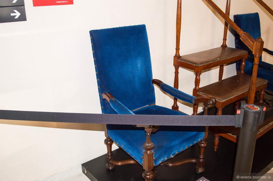 На этом кресле сидела королева Великобритании Елизавета II во время матча между сборными Рио-де-Жанейро и Сан-Паулу 10.11.1968 г.