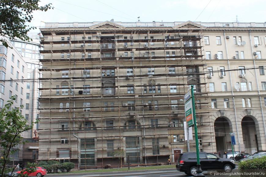 Реставрирующееся здание.