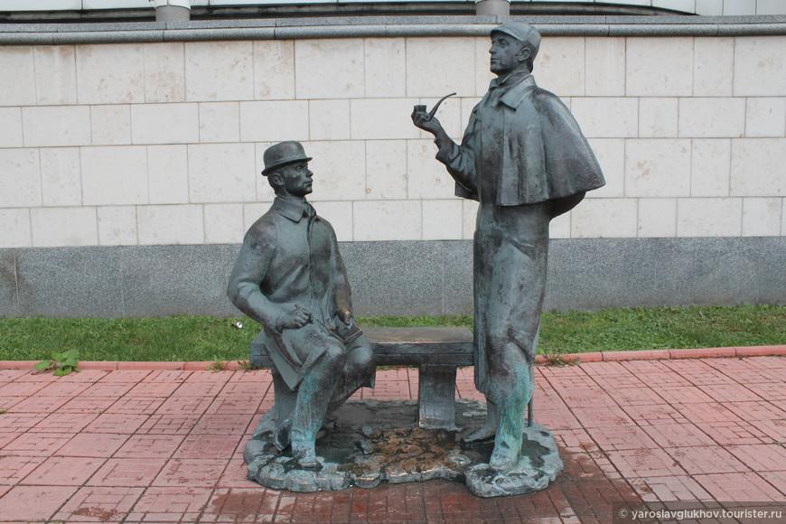 Памятник Шерлоку Холмсу и доктору Ватсону.