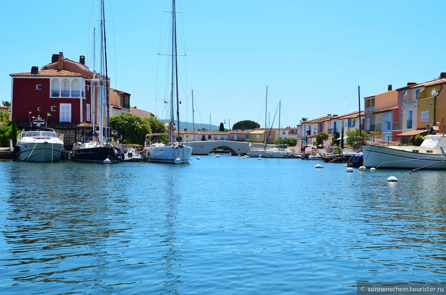 Но устройство бухты для судов переросло в нечто большее и со временем залив превратился в настоящий город на воде.