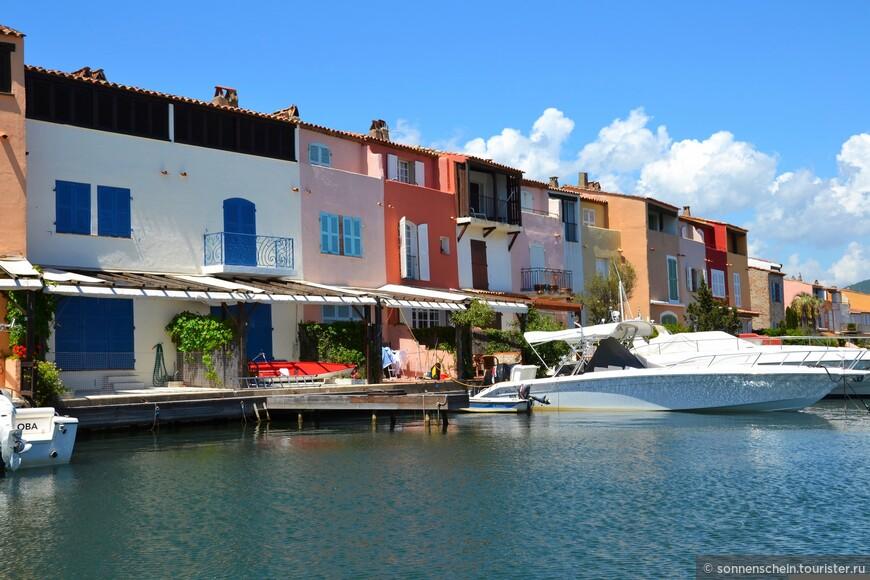 1108 домов находятся в частной собственности и имеют место для парковки яхт и катеров. Огромное количество яхт, по одной - две возле каждой виллы.
