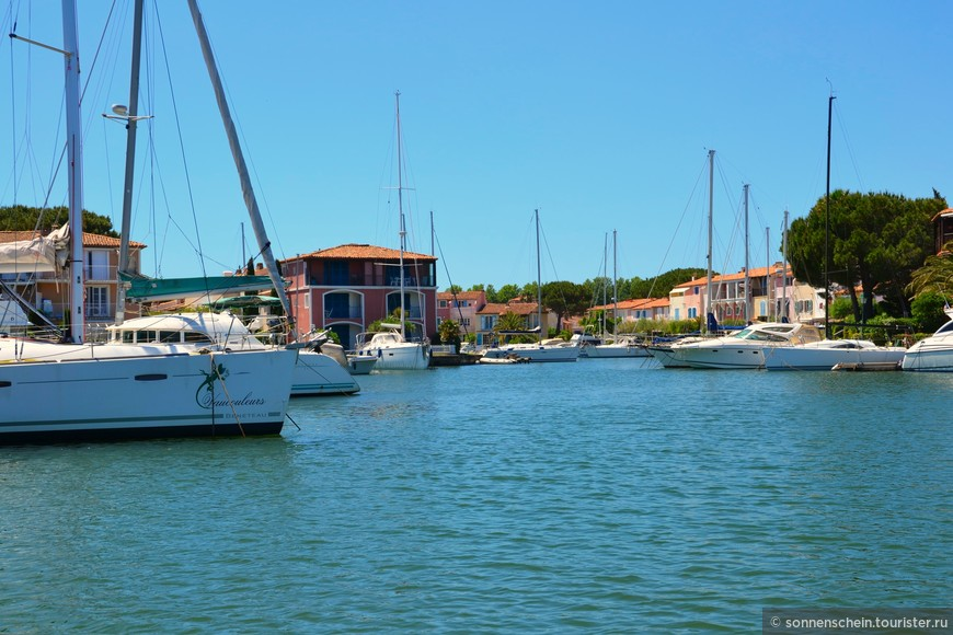 Кроме яхтспорта и туризма ввиду уникального местоположения этот городок знаменит рыбным промыслом.