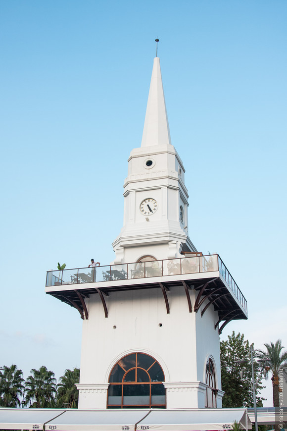 г.Кемер. Около этой башни останавливаются все автобусы идущие из Кемера в соседние поселки или в Анталию. Рядом находится площадь со статуей Ататюрка, мечеть и улицы с магазинами.