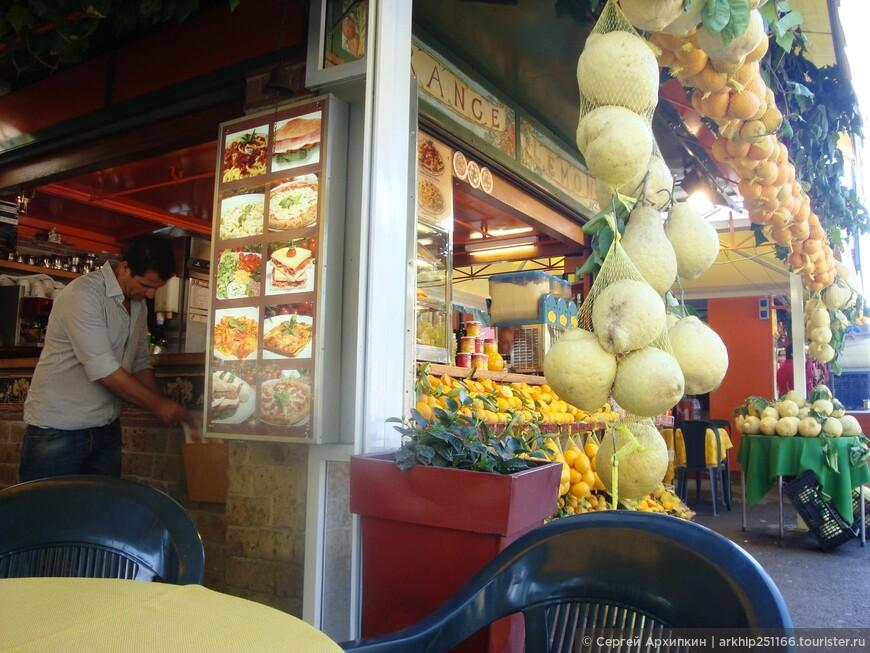 Кафе перед выходом с огромными лимонами