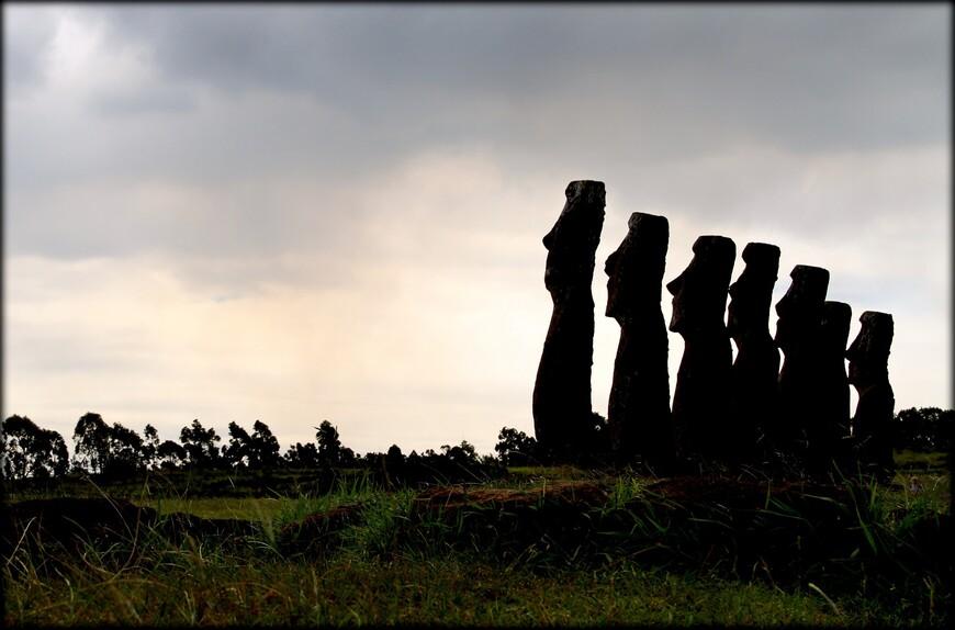Есть легенда, что эти семь моаи олицетворяют собой семь посланников полинезийского вождя Хоту Мату. Ему приснился сон, в котором его душа перелетает через океан и замечает остров. Вождь посылает разведчиков найти остров, поселиться там и ждать его.