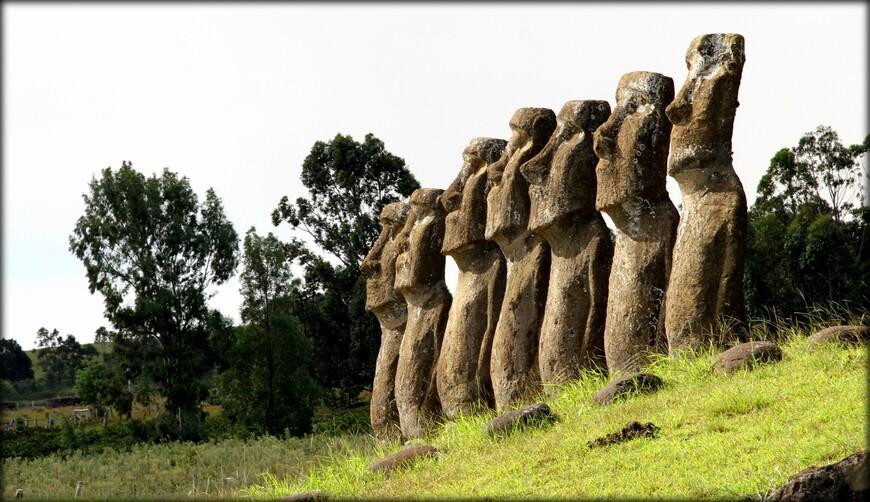 В этом месте фотографировать больше нечего, поэтому я снимал только эти семь статуй во всевозможных ракурсах. Я обошел их со всех сторон, наверное, раз десять. К тому же сделать кадры без людей не так-то легко. Приходилось ждать, нервно поглядывая на иностранных туристов, пытающихся подойти поближе, чтобы заглянуть в пустые глазницы статуй.