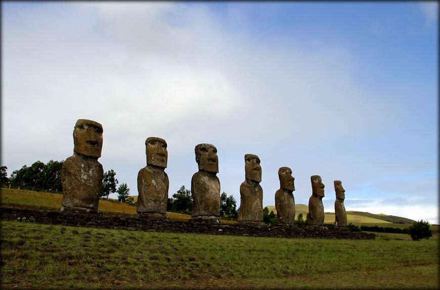 Более распространенная теория – семь гигантов были построены на берегу океана, что бы чтить полинезийских богов.