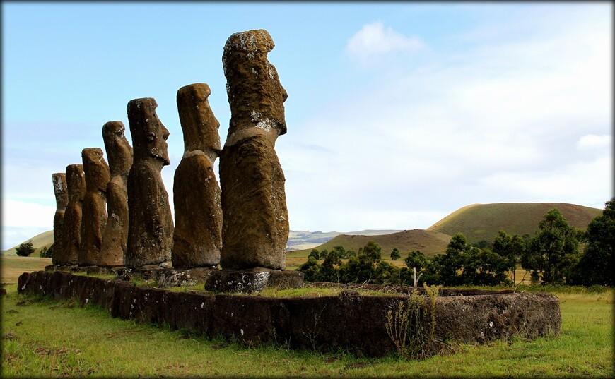 Статуи расположены с астрономической точностью — взгляды статуй проекционно сходятся в точке солнечного равноденствия. Такая астрономическая точность заметна только на этом месте острова.