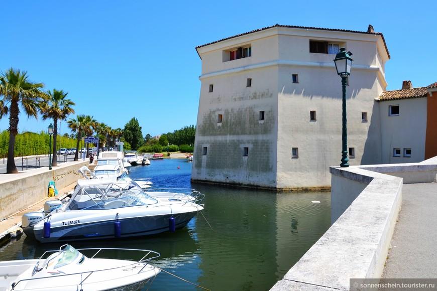 Строительство города проходило в 60-х годах по оригинальному проекту архитектора Франсуа Споэрри, задумавшего соединить в единое целое море, жилые дома и мореплавание.