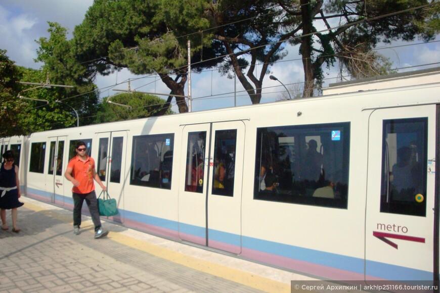 Электричка на которой можно доехать из Рима (ее линия совмещена с римским метро) за 20 минут