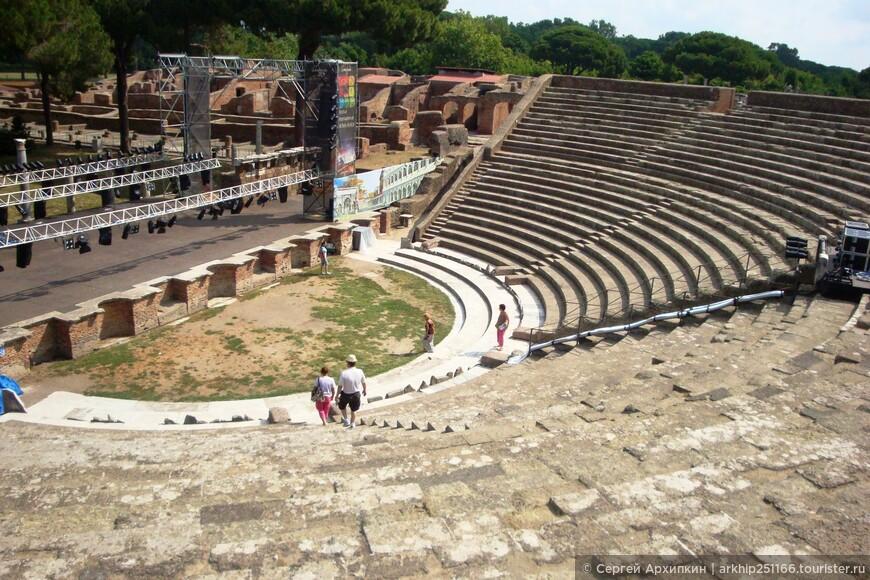 Сейчас в вечернее время амфитеатр используется по своему значению- здесь выступают современный итальянские артисты