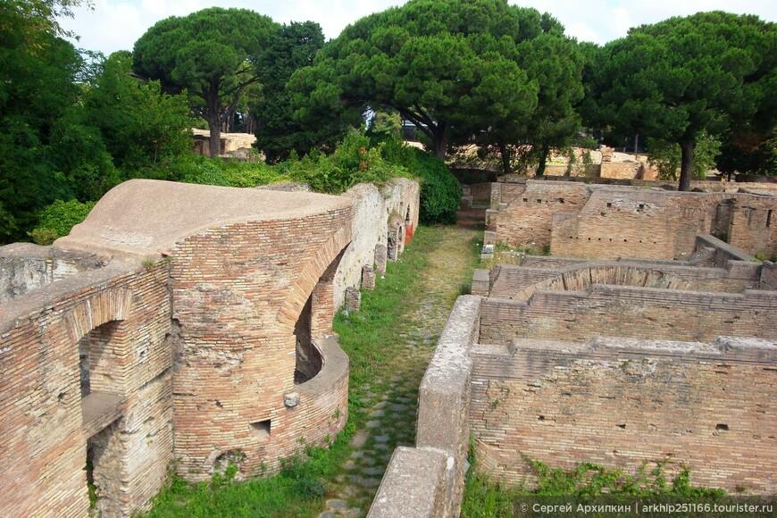 Остия была основана в 4 веке и сразу приобрела значимость в качестве распределительного порта товаров которые импортировались со всего Средиземноморья