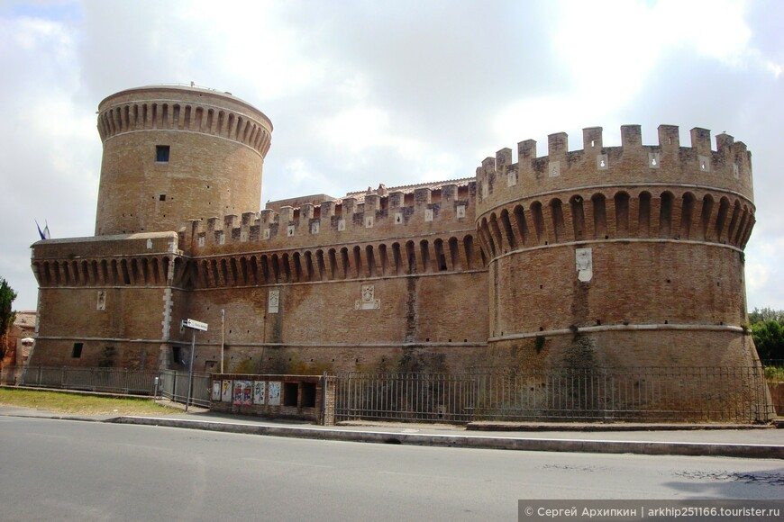 Через пять минут идя прямо от ж.д станции справой стороны увидим вот этот небольшой средневековый замок (14 века) предназначенный для охраны побережья от пиратов