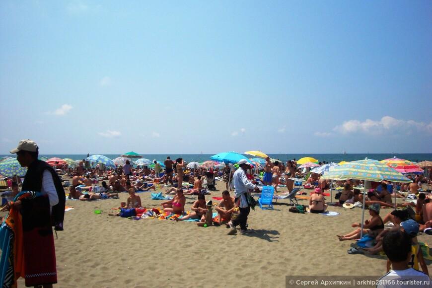 Но между платными есть выделенные места для бесплатных пляжей (на фото),чтобы их обнаружить надо просто идти вдоль пляжной улицы на юг