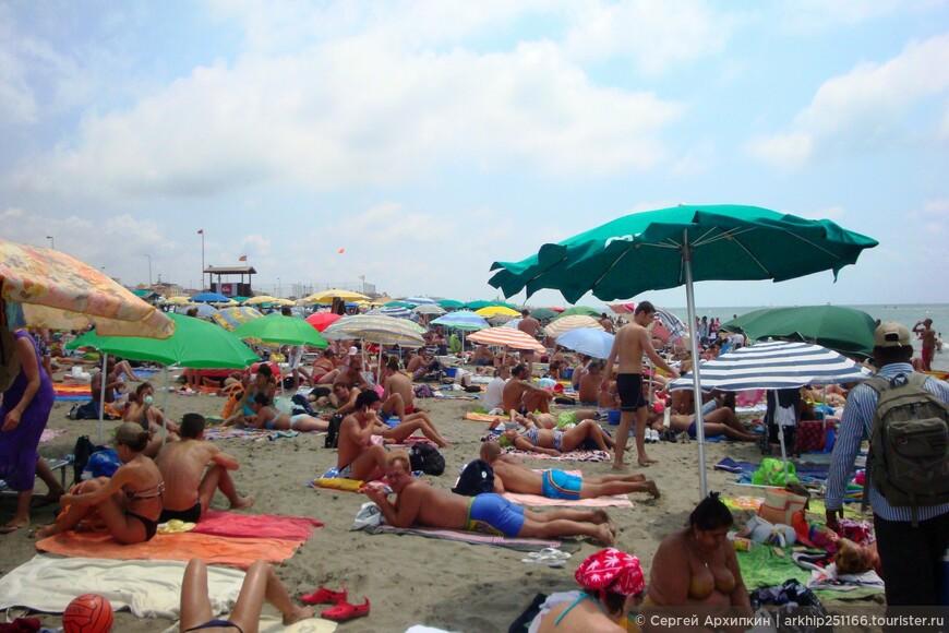На бесплатном пляже есть бесплатный туалет, можно взять лежак или зонт за 5 евро или просто все принести с собой,что и делают большинство римлян