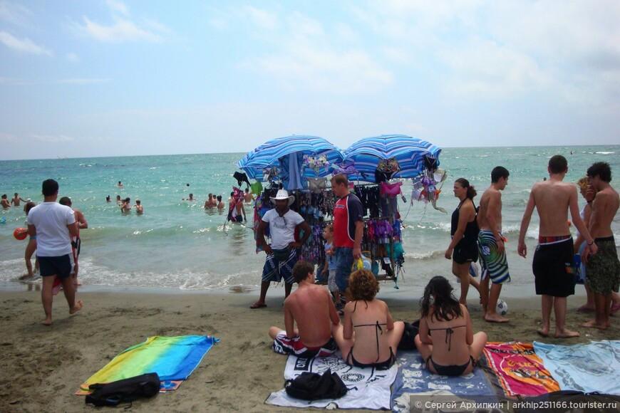 Разнозчики продаются всякие пляжные тряпки, очки и пиво за 3 евро