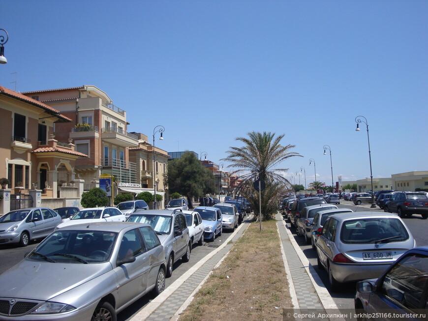 Улица протянулась вдоль пляжей с севера на юг на многие километры.
