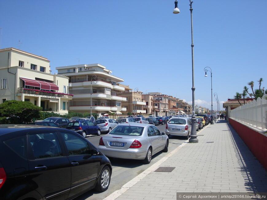 Вдоль улицы с правой стороны расположены пляжи, в основном платные