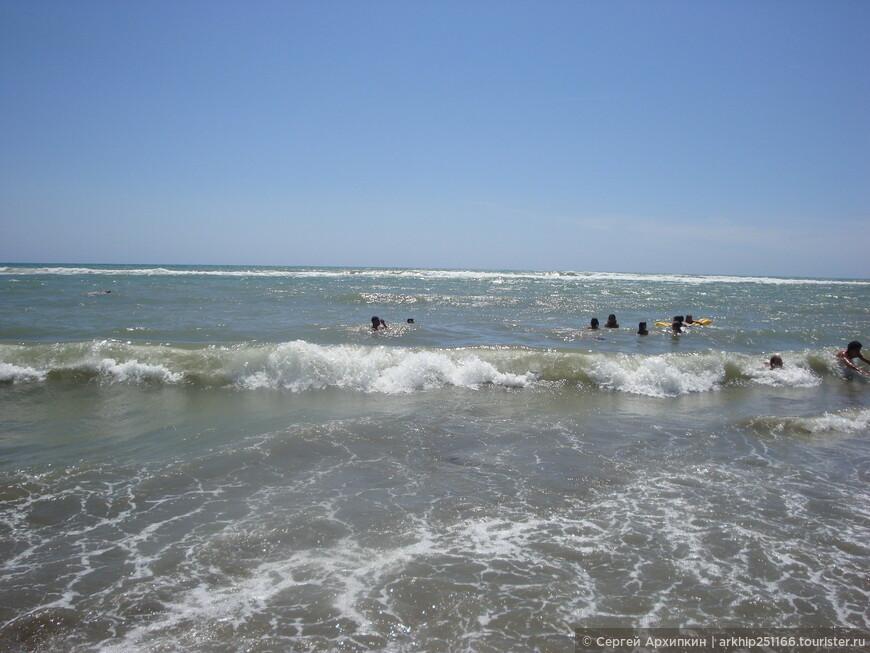 Море теплое и достаточно чистое, дно песок без камней и медуз