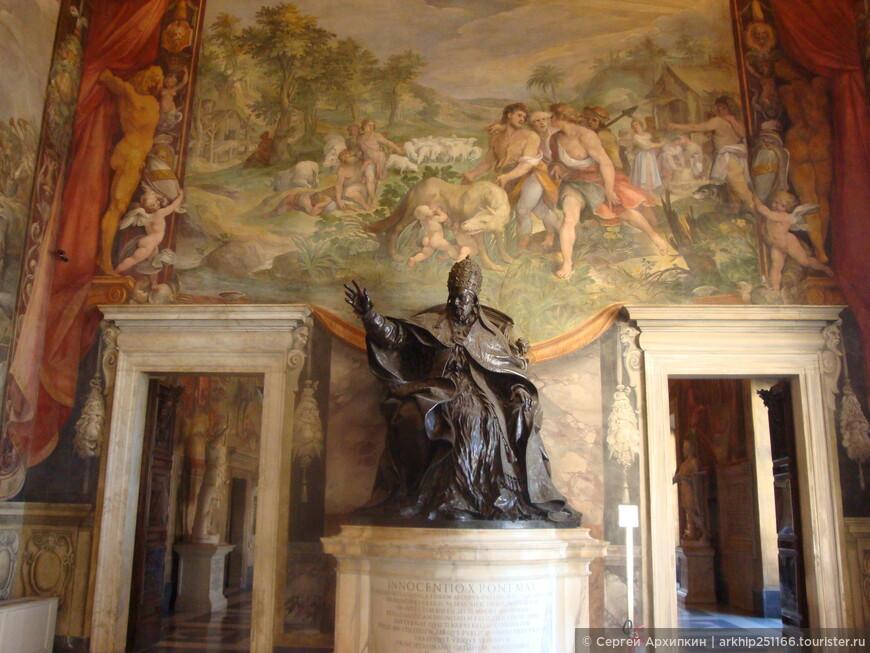 Коллекция скульптур начала собираться в 15 веке, подаренных папой Сикстом 4 в 1471 году
