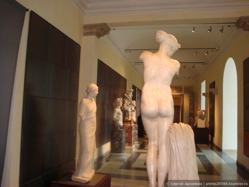 Перед этой девушкой я остановился и возвращался несколько раз, мрамор просто просвечивал эту фигуру насквозь. Понимаешь, что в древнем Риме были десятки Микеланджело, о них мы не знаем ничего.А ребята творили такие вещи!